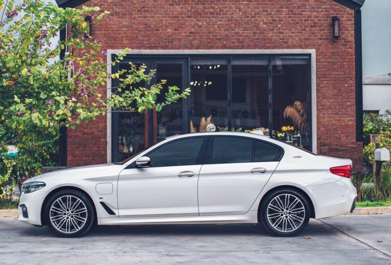 ด้านข้างของรถ BMW Series 5 530e M Sport สำหรับเช่า