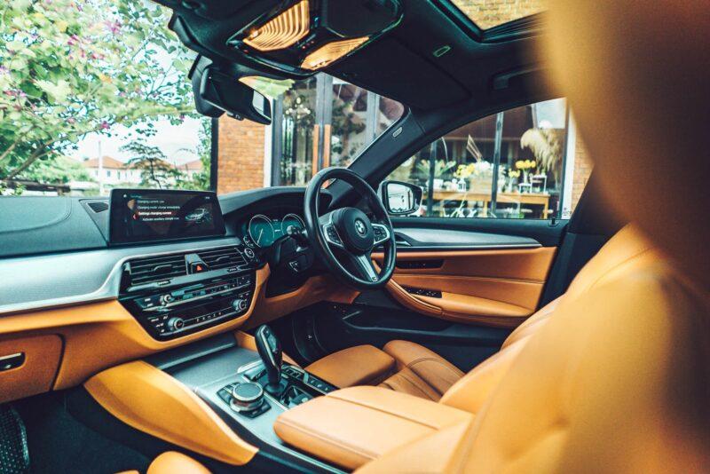 ภายในด้านหน้าของ BMW 530e M Sport G30