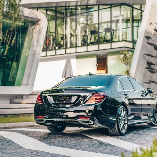 มุมมองด้านหลังของ Mercedes-Benz S Class 2021 เช่าขับเอง