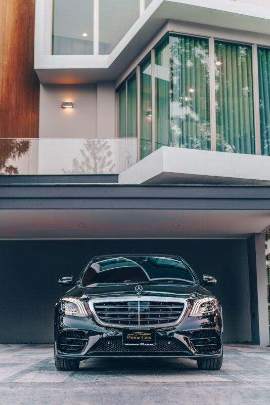 มุมมองด้านหน้าของ Mercedes-Benz S Class 2021 เช่าขับเอง