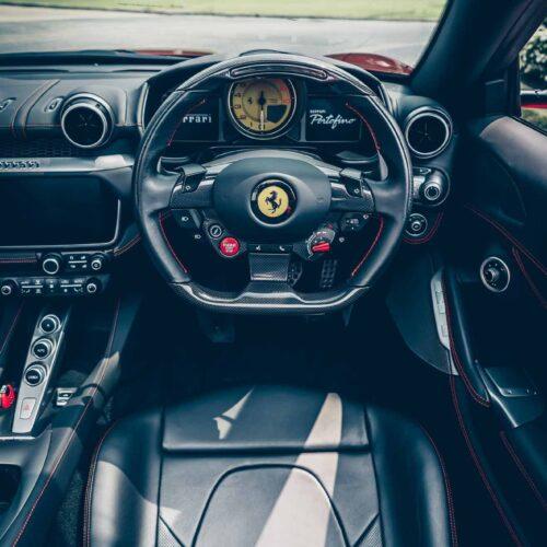 พวงมาลัยของ Ferrari Portofino สำหรับการเช่ารถหรู