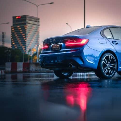 ด้านหลังของ BMW 330e M Sport ให้เช่าขับเอง