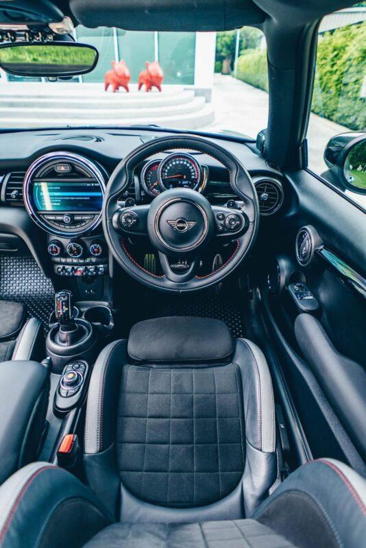 เช่ารถมินิ คูเปอร์ ภายในที่นั่งคนขับ